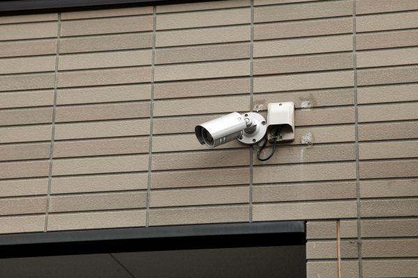 出入り口などに設置する防犯カメラ