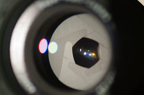 カメラのレンズ内に収められている絞り機構(アイリス)