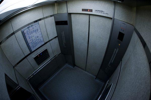 エレベーター内を写す広画角の防犯カメラ映像