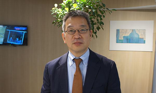 インタビューに答える山内三郎代表