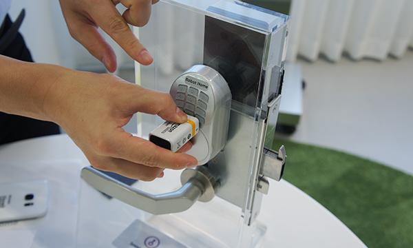バッテリーが切れても電池をつなげることで開閉が可能なスマートキー