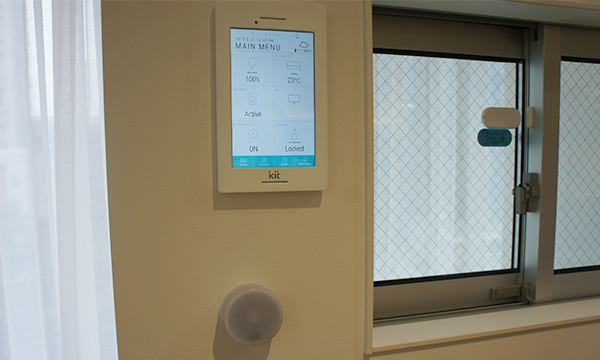 賃貸住宅キットはセントラルコントローラー、リモコン、ウィンドウセンサーの3点からなり、どれも設置工事不要で簡単に導入が可能だ。